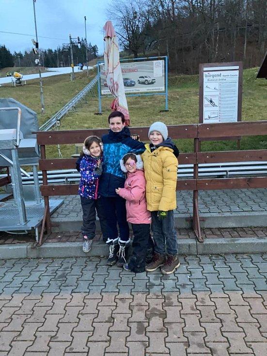 Janiczka Horká a momentka s rodinou z hor.