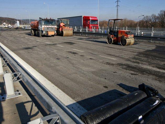 Práce na zhruba třistametrovém úseku ostravské části dálnice D1. Bobtnající podloží zvlnilo asfaltovou vozovku natolik, že se jízda po ní stávala čím dál nebezpečnější.