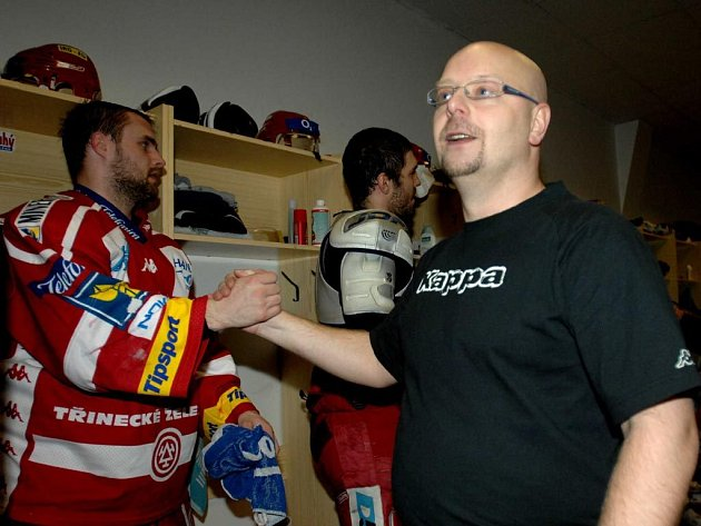 Trenér hokejistů Třince Jiří Juřík (vpravo)
