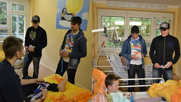BRONZOVÍ MEDAILISTÉ z MS ve Finsku a Švédsku brankáři Jakub Štěpánek a Petr Mrázek potěšili nemocné děti.