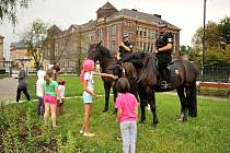 Strážníci s koňmi v úterý strávili dopoledne u vítkovické knihovny.