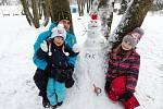 Děti stavěli sněhuláka.