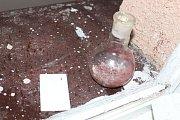 Policie na místě zajistila laboratorní vybavení i další věci.