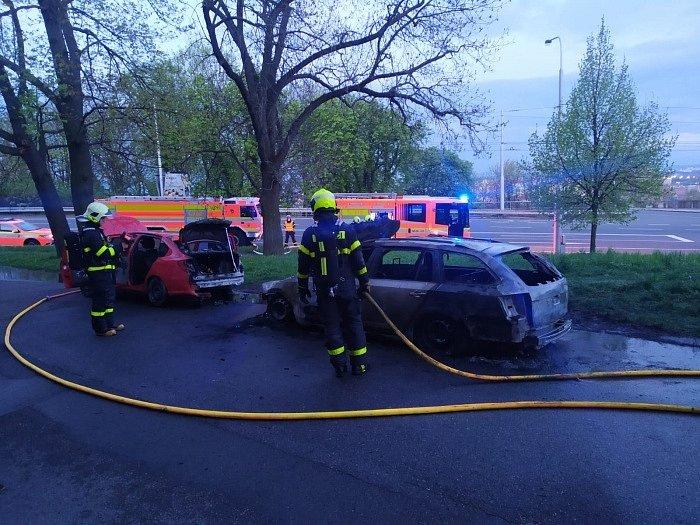 Požár automobilů ve Slezské Ostravě, 7. května 2021.