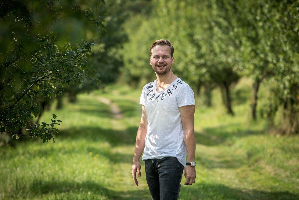 Zpěvák Martin Chodúr při fotografování pro Deník 27. srpna v Raškovicích.