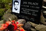 Horské podmínky se podepisují na nové plaketě na pomníčku Jana Palacha.
