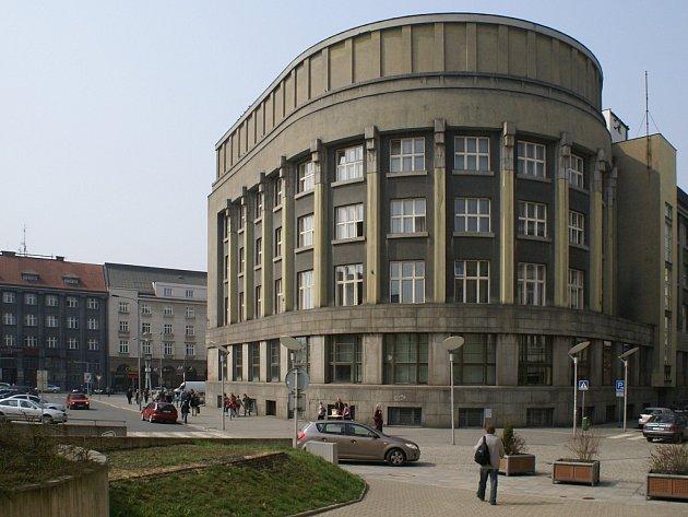 Sídlo moravskoostravské spořitelny (na dnešním náměstí E. Beneše) bylo postaveno na místě bývalého Schillerova parku v letech 1928 až 1930. Autorem návrhu byl architekt Karel Kotas.