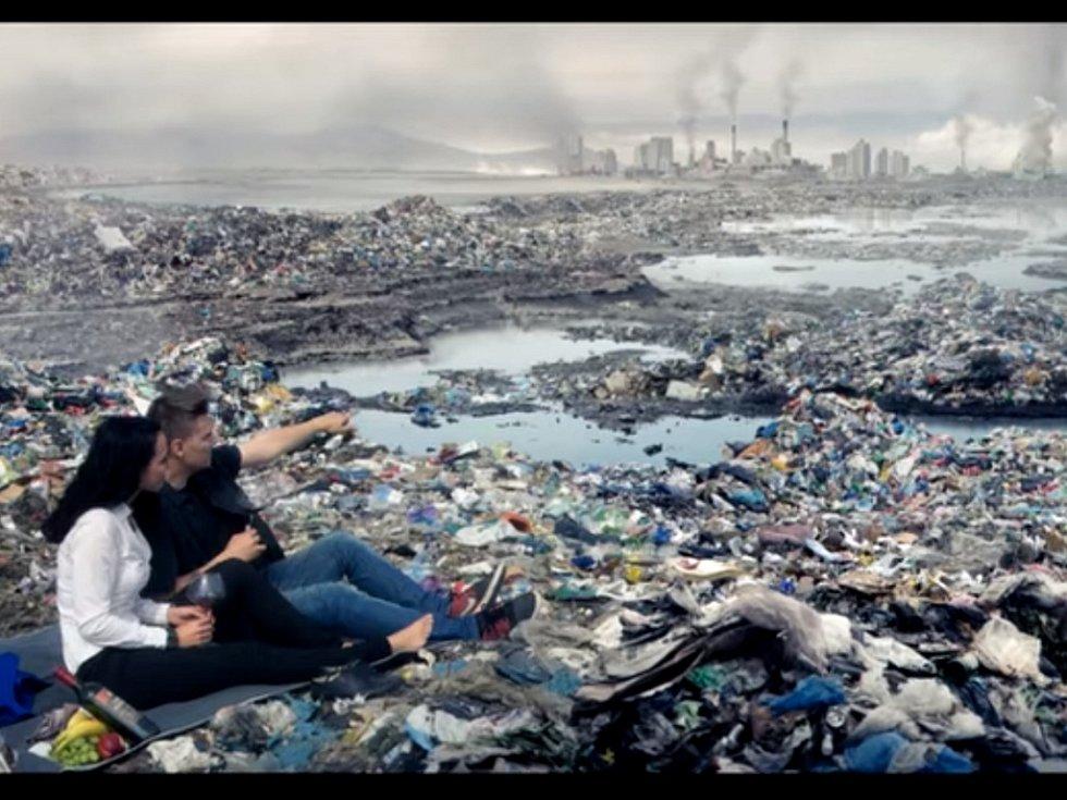 Záběr z klipu Svět v odpadu.
