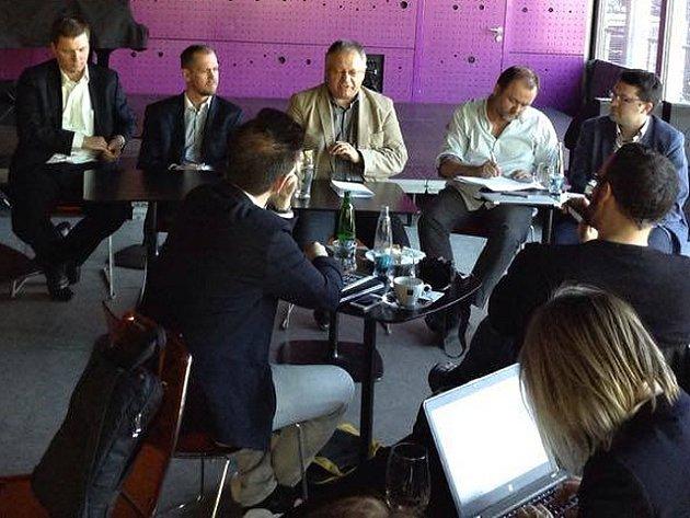 Nový tým vydavatelství Vltava-Labe-Press, (zleva) Petr Marek, Milan Mokráň, Michal Klíma, Roman Gallo a z agentury Dark Side Tomáš Jindříšek, novou podobu regionálních Deníků představil na tiskové konferenci v Praze.