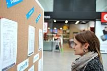 Vysvědčení skoro čtyřiceti známých českých osobností si mohou prohlédnout návštěvníci obchodního centra Forum Nová Karolina v Ostravě.