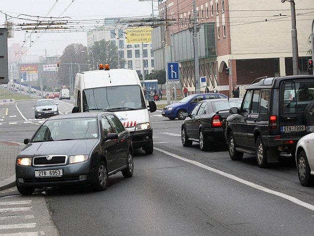 Křižovatka ulic Českobratrská a Nádražní v pondělí ráno kolabuje.