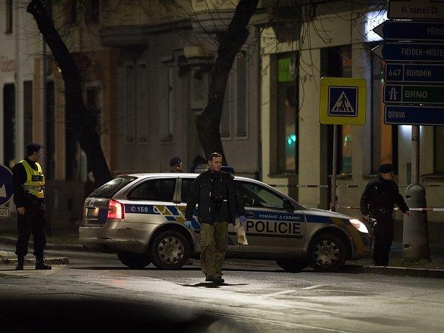 Policisté při zajišťování stop v ostravské Nádražní ulici.