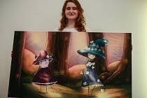 Dorota Kaustová, jejíž smalty, digitální malby a kresby visí v Galerii Na schodech na radnici v Porubě až do 4. května. Umělkyně s oblibou ztvárňuje nahé pihovaté rusovlasé slečny.