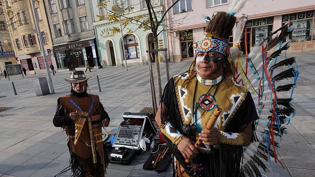 """Na centrálním Masarykově náměstí už zase stojí """"místní symbol Vánoc – skupinka Indiánů""""."""