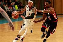 DŮLEŽITÁ VÝHRA. Basketbalisté Ostravy v sobotu zdolali Svitavy a dotáhli se na ně v ligové tabulce. Rozhodující trojku dramatického duelu dal domácí Sterling Smith (s míčem).