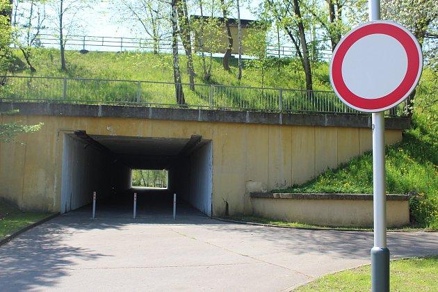Oblast podchodu mezi ulicemi Fričovou a UBoříka pod ulicí 28.října, která je jedním ze dvou hlavních dělících koridorů vNové Vsi.