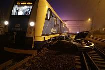 Dvě jednotky hasičů zasahovaly Ostravě-Svinově, kde se střetl osobní vlak sosobním automobilem Škoda Octavia Combi.