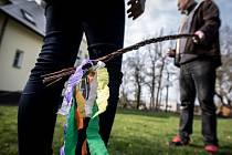Chodí ještě vůbec na Velikonoční pondělí kluci a chlapi z Ostravy po domácnostech svých příbuzných a známých, aby vyšlehali ženy a dívky karabáčem nebo jalovcem?
