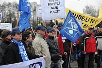 Protestního mítinku před hlavní branou kunčické huti se zúčastnilo několik stovek zaměstnanců.