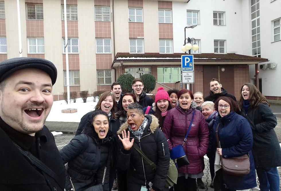 Společný snímek sboru Family Gospel Ostrava před věznicí v Karviné, zevnitř žádný obrazový ani zvukový záznam neexistuje.