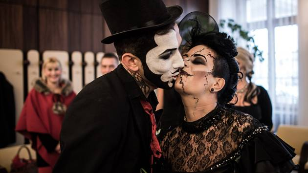 V Hlučíně se ženil Drákula. Novomanželé Hana a Tomáš Hegerovi z Ostravy se sňatek rozhodli spojit s oslavou Halloweenu.