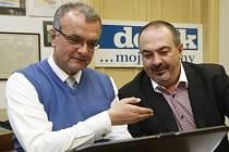 Miroslav Kalousek v doprovodu Pavola Lukši v ostravské  redakci Deníku.