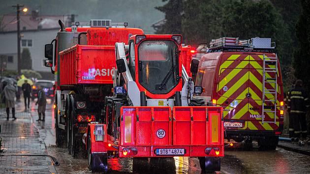 Lokální povodně v kraji zaměstnaly hasiče.
