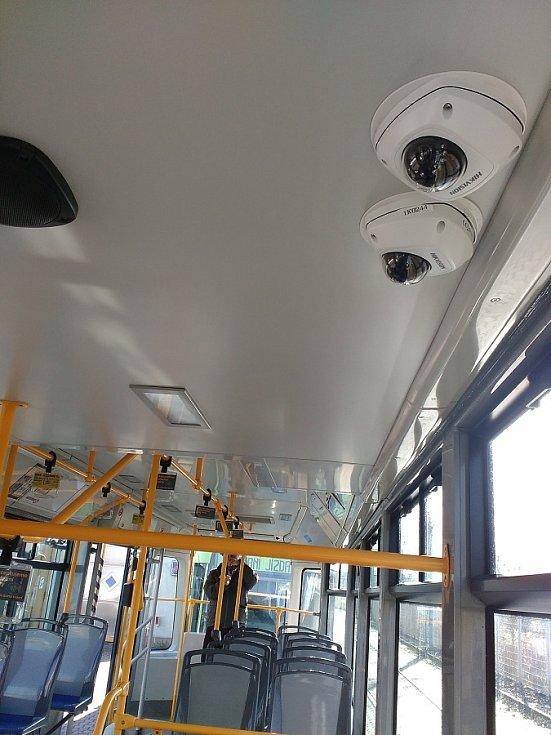 SOS tlačítko a kamerový systém, který pokryje celé vozidlo, mají pomoci bezpečnějšímu cestování tramvajemi, kde se odehrává přibližně polovina všech incidentů v MHD.