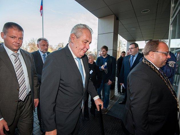 Listopadová třídenní návštěva prezidenta Miloše Zemana v Moravskoslezském kraji začala na krajském úřadě v Ostravě.