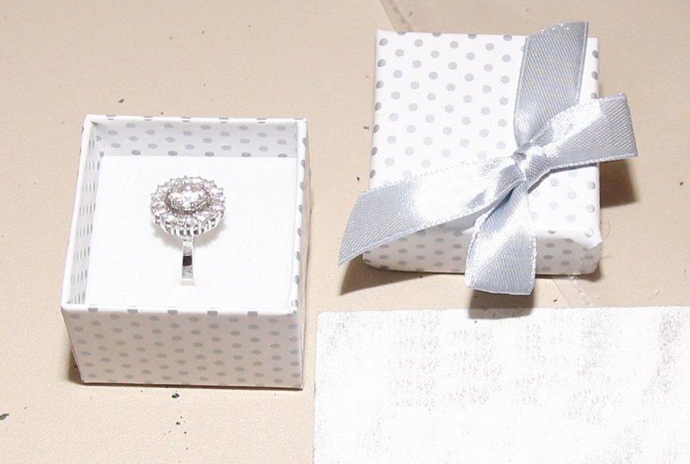 Policie při domovních prohlídkách zajistila luxusní hodinky a další věci, včetně peněz.