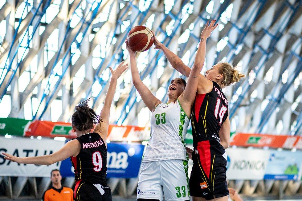 Utkání 12. kola Ženské basketbalové ligy: SBŠ Ostrava - Sokol Hradec Králové, 3. ledna 2021 v Ostravě. Nikolina Zubac z Ostravy, Klára Vojtíková z Hradce Králové.