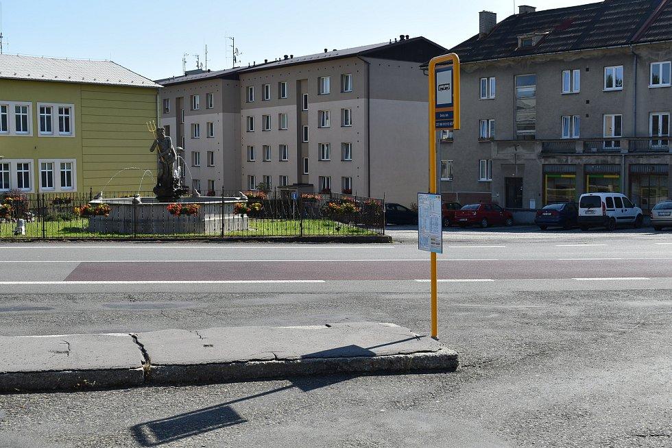 Pokud by se podařilo demolice problémových domů dosáhnout, mohla by se na jejich místo například přemístit autobusová zastávka, která se nyní nachází na náměstí.