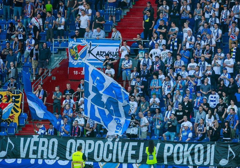 Vzpomínka fanoušků na zpěvačku Věru Špinarovou, fotbalový zápas FC Baník Ostrava - FC Sellier Bellot Vlašim.