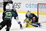 Utkání 51. kola hokejové extraligy: HC Vítkovice Ridera - HC Energie Karlovy Vary, 3. března 2020 v Ostravě. Zleva Alexandre Mallet z Vítkovic a brankář Karlových Varů Patrik Hamrla.