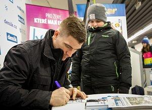 Autogramiáda útočníka Vítkovic Rostislava Olesze ve stánku Deníku.
