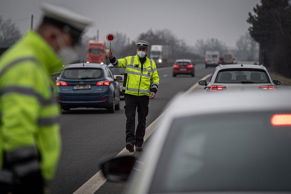 Policejní kontrola mezi okresy Ostrava a Frýdek-Místek na ulici Místecká, 1. března 2021. Policie tento den začala kontrolovat, jestli lidé dodržují nová protiepidemická opatření omezující volný pohyb mezi okresy.