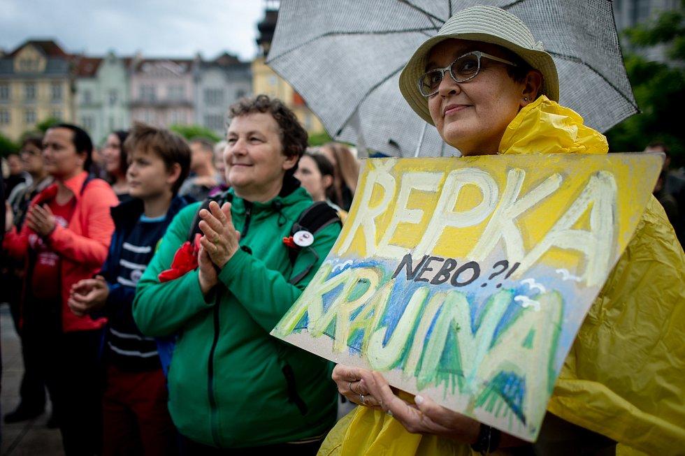Demonstrace za nezávislou justici a proti vládě na Masarykově náměstí v Ostravě, 28. května 2019.