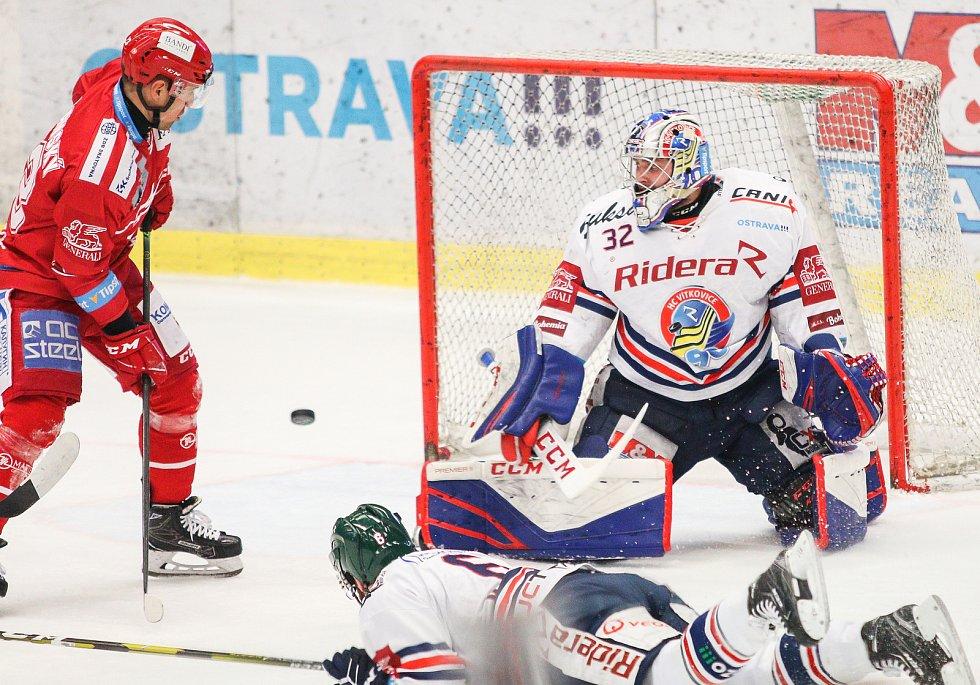 Čtvrtfinále play off hokejové extraligy - 3. zápas: HC Vítkovice Ridera - HC Oceláři Třinec, 24. března 2019 v Ostravě. Na snímku (zleva) Jiří Polanský, brankář Vítkovic Patrik Bartošák.