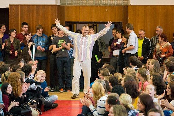 Bohdan Pomahač při setkání se studenty Wichterlova gymnázia.