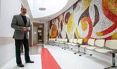 Památkově chráněná mozaika ze 70. let minulého století je součástí nového stacionáře psychiatrického oddělení FNO. Díky němu podle primáře Petra Šilhána (na snímku) pacientům umožní lepší a rychlejší zapojení.