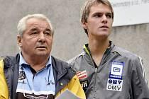 Olympijský vítěz z Grenoblu 1968 Jiří Raška (vlevo) a jeho vnuk Jan Mazoch při letním závodě ve skocích na lyžích v roce 2008 ve Frenštátě pod Radhoštěm.