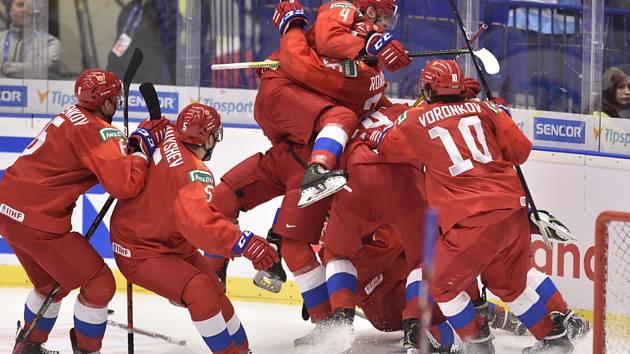 Radost ruské dvacítky - Mistrovství světa hokejistů do 20 let, sefinále: Švédsko - Rusko, 4. ledna 2020 v Ostravě. Ruští hokejisté se radují z vítězství.