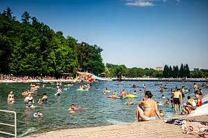 Ani u vody není člověk před kolapsem z tropických teplot v bezpečí. Snímek z letního koupaliště v Ostravě-Porubě, 19. června 2021.