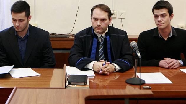 Mladíci, kteří v centru Ostravy vážně zranili zpěváka Michala Hrůzu, u soudu. Vlevo Patrik Kaifáš, vpravo Nikolas Agoratsios.