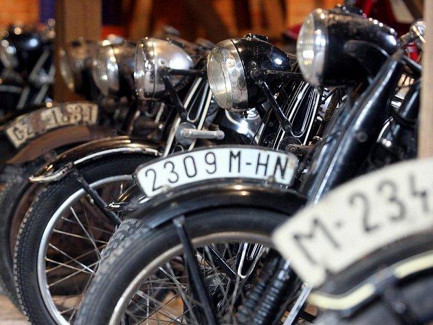 V tichosti a bez jakéhokoliv zájmu veřejnosti se podařilo motoristickým nadšencům z Ostravy vytvořit unikátní sbírku motocyklů ČZ a Jawa. Ta je nově vystavena v muzeu motorek v rezidenci Tyršova v centru města.