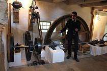 Riegerův mlýn v Mikulovicích se podařilo zachránit v poslední chvíli. Hotovým pokladem jsou zachované stoje krnovské firmy Hans Wicha Jägerndorf.