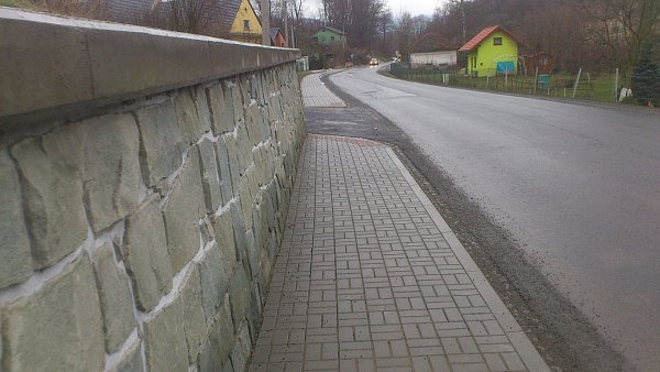 Nový chodník vŽilině si vyžádal ivznik opěrné zdi.