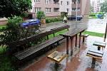 JANA MALUCHY. Tak vypadají dvory v této ulici na Dubině. Za rozlámané dlaždice mohou parkující auta i špatné počasí.