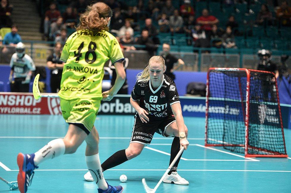 Pohár mistrů ve florbalu, o 3. místo (ženy): 1. SC Vítkovice - SB-Pro Nurmijarvi, 12. ledna 2020 v Ostravě. Na snímku (zleva) Eliška Planková a Ina Leminen.