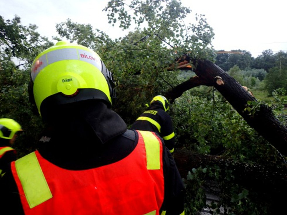 Hasiči měli kvůli bouřkám plné ruce práce.